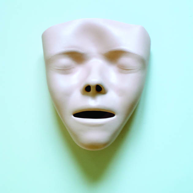 masque blanc sur fond bleu