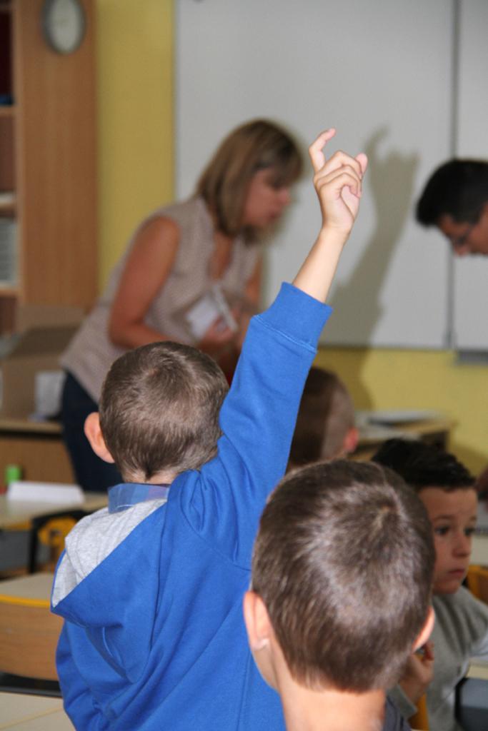 élève levant le doigt